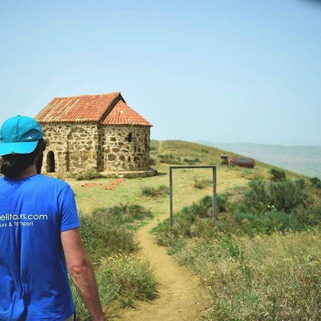 Guide hiking up to the Bertubani ridge in Davit Gareji