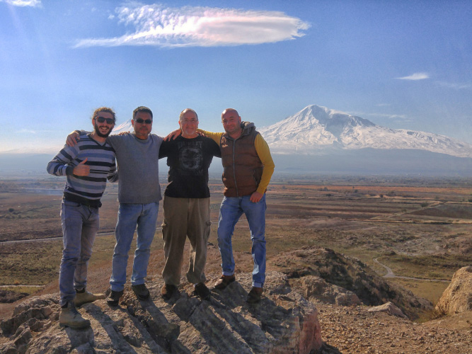 People in front of mount ararat tour